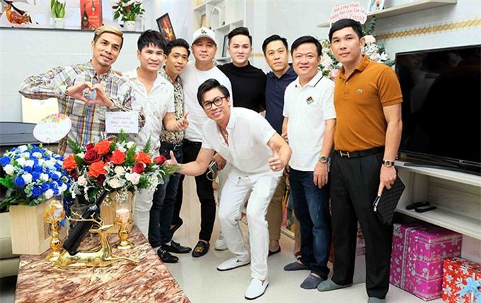Chàng ca sĩ vui vẻ chụp ảnh cùng bạn bè thân thiết. Ngoài ca hát, anh còn sản xuất web-drama, phim ca nhạc và chuẩn bị lấn sân sang lĩnh vực kinh doanh.