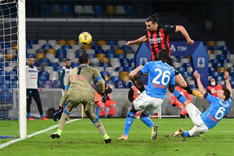 Ibra (trên) lập cú đúp trong chiến thắng của Milan trước Napoli