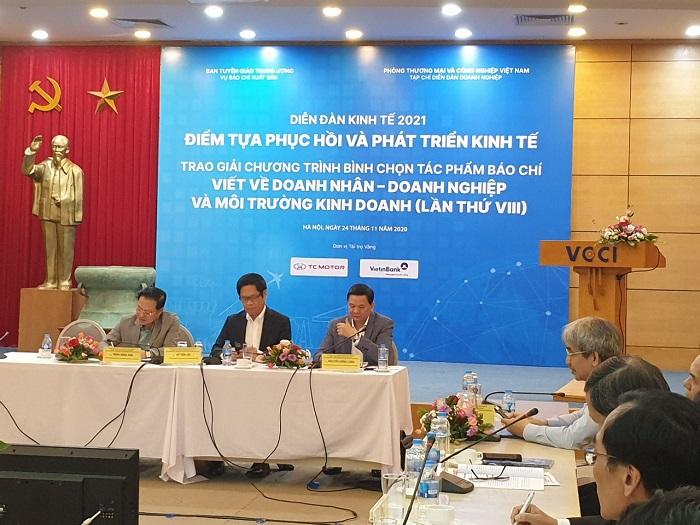 """Các chủ tọa tham gia phiên thảo luận tại """"Diễn đàn kinh tế 2021: Điểm tựa phục hồi và phát triển kinh tế""""."""