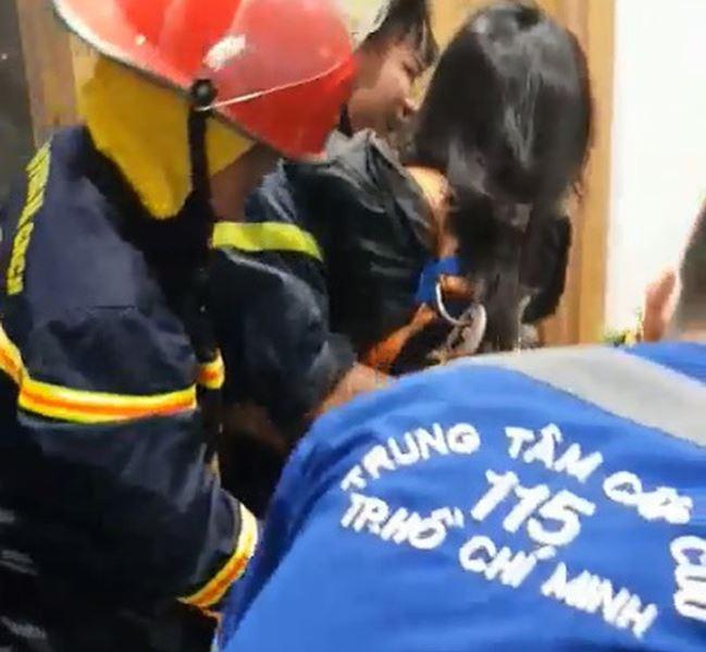 Giải cứu thành công cô gái rơi xuống giếng thang máy ở TP.HCM