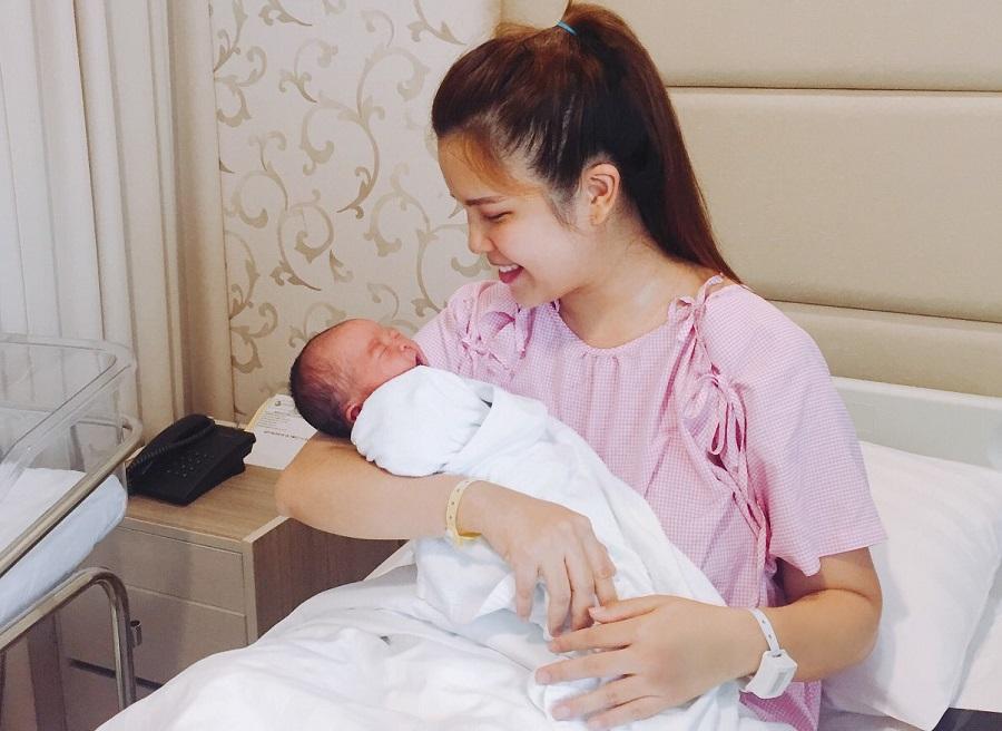 Bệnh viện Quốc tế Hạnh Phúc là bệnh viện đầu tiên của Việt Nam vận hành thẻ đeo thông minh nhận diện đúng mẹ, đúng con, đảm bảo an toàn cho trẻ sơ sinh.