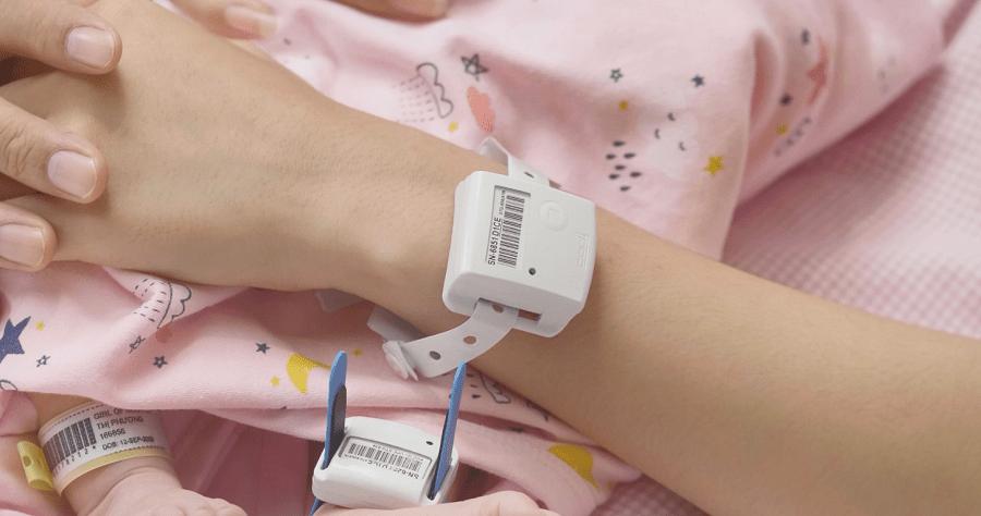 Hệ thống SmartSense Infant Safety System gồm 3 thiết bị gắn trên tay mẹ, trên chân bé và trên nôi. Hệ thống cảnh báo trên cả vòng đeo và hệ thống quản lý trung tâm.