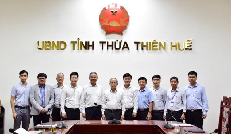 Chủ tịch UBND tỉnh Thừa Thiên Huế Phan Ngọc Thọ (giữa) và lãnh đạo các sở ngành chụp ảnh lưu niệm cùng Tập đoàn CMC.