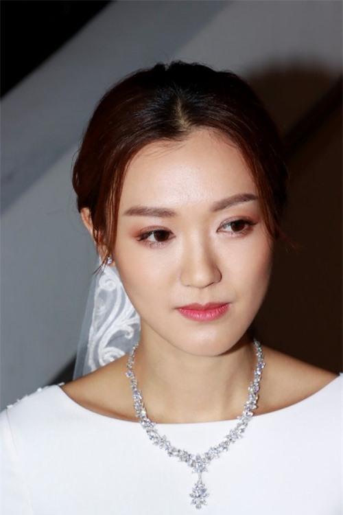 Cô dâu cho biết cô vô cùng xúc động khi thấy chồng khóc trong ngày kết hôn. Cô hy vọng hôn nhân sẽ hạnh phúc trọn đời.
