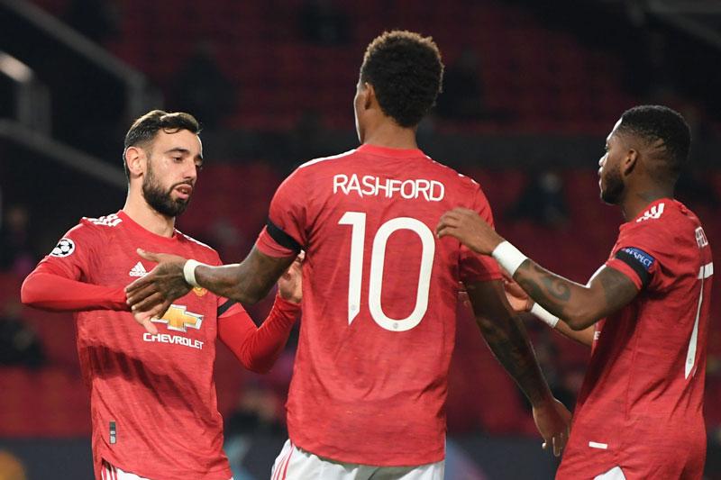 Bruno Fernandes (trái) nhường quyền đá phạt đền cho Rashford.