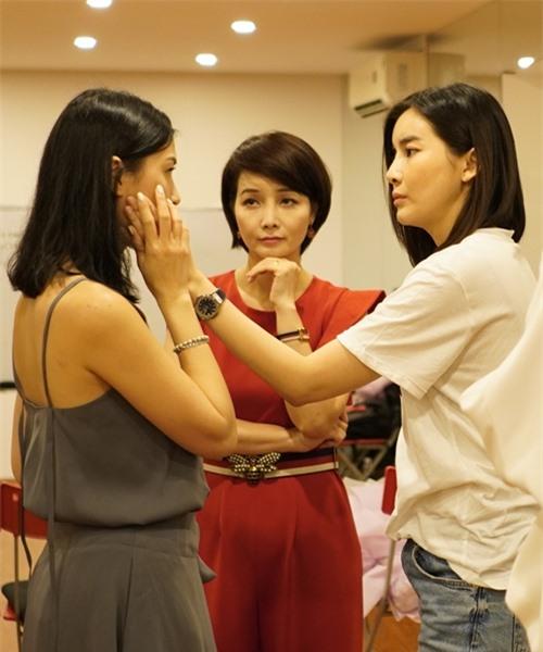 Đạo diễn Mai Thu Huyền (giữa) theo dõi diễn viên - đạo diễn Kathy Uyên huấn luyện diễn xuất cho Cao Thái Hà.