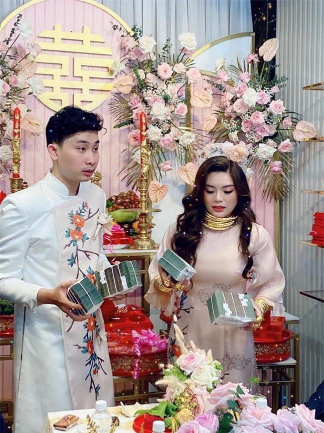 """Cô dâu cười hớn hở với """"gánh nặng"""" phải mang trong đám cưới: Vàng đeo kín tay không còn chỗ thêm, tiền cưới xếp thành cọc dày! - Ảnh 1."""