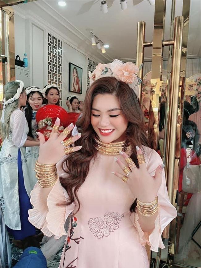 """Cô dâu cười hớn hở với """"gánh nặng"""" phải mang trong đám cưới: Vàng đeo kín tay không còn chỗ thêm, tiền cưới xếp thành cọc dày! - Ảnh 2."""