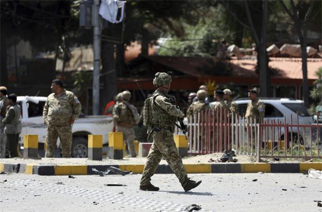 Đánh bom tại khu chợ đông đúc ở Afghanistan, hàng chục người thương vong - Ảnh 1.