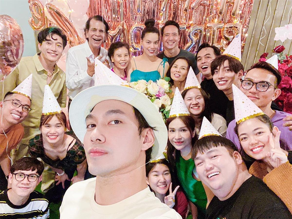 Nhà thiết kế Lý Quí Khánh, diễn viên Khả Như, nhạc sĩ Châu Đăng Khoa... có mặt chúc mừng Hà Hồ đón tuổi mới.