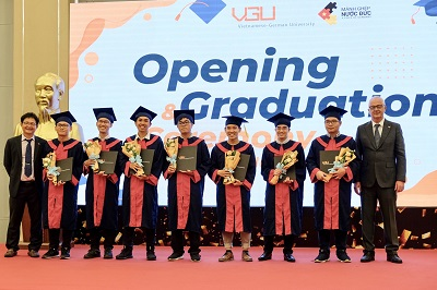 Hiệu trưởng nhà trường - GS. TS. Tomas Benz trao bằng tốt nghiệp cho các sinh viên.
