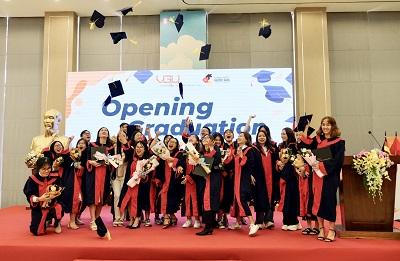 Các tân cử nhân, thạc sỹ trong niềm vui hân hoan cùng các thầy cô tại lễ tốt nghiệp.