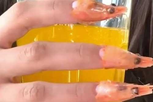 Kinh dị phong cách làm móng tay từ đầu tôm