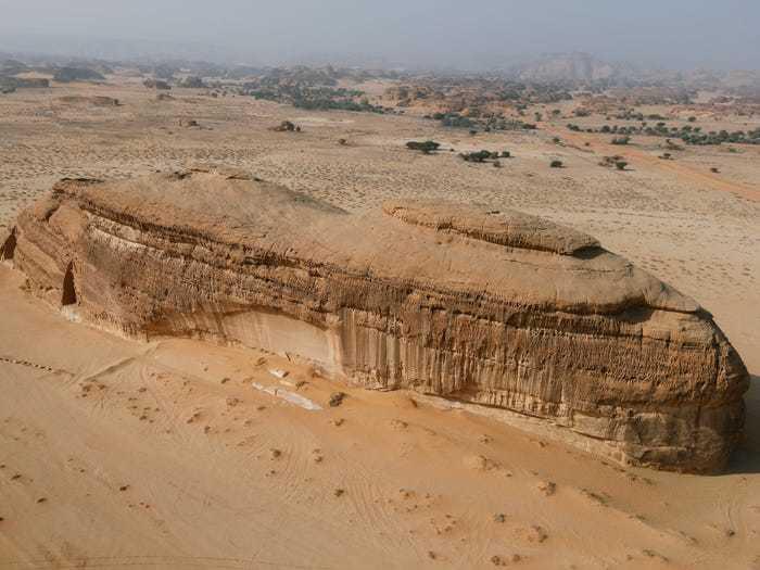 Tảng đá lớn giữa sa mạc mênh mông.
