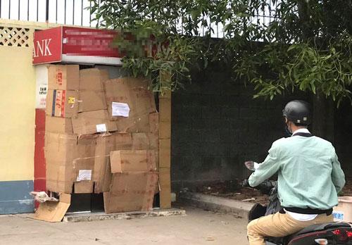 Người đàn ông bịt mặt, cưa trụ ATM trộm tiền