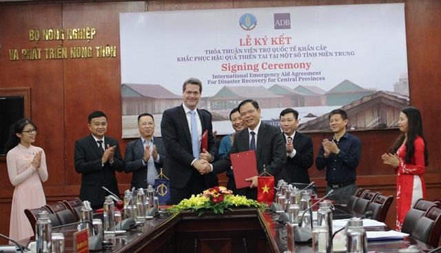 Lễ Ký kết Thỏa thuận viện trợ quốc tế khẩn cấp khắc phục hậu quả thiên tai tại một số tỉnh miền Trung