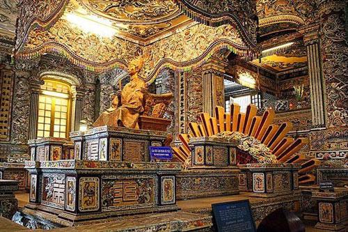 Sự thực ngai của triều Nguyễn làm bằng vàng ròng?