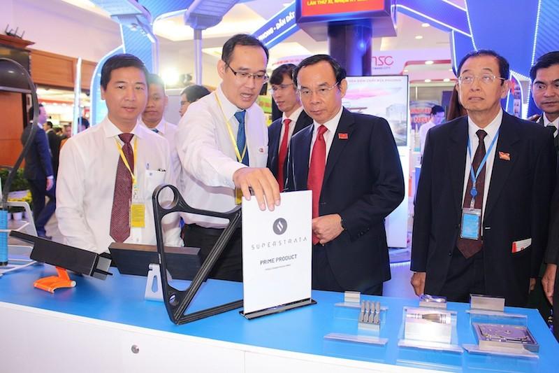 Đoàn lãnh đạo TPHCM tìm hiểu sản phẩm của các công ty thuộc Khu Công nghệ cao TP.HCM