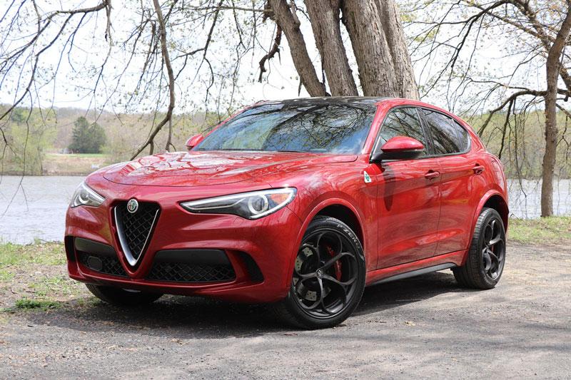 =6. Alfa Romeo Stelvio Quadrifoglio 2020 (thời gian tăng tốc từ 0-96 km/h: 3,6 giây).