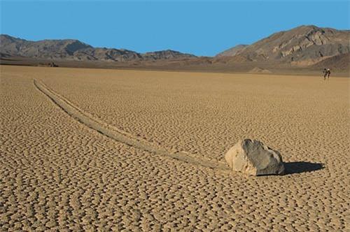 Những hòn đá dịch chuyển ra khỏi vị trí ban đầu. Ảnh: VnExpress