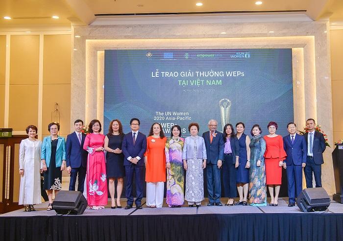 Đại diện khách mời và đại biểu chụp ảnh lưu niệm tại Lễ trao Giải thưởng WPEs cấp quốc gia.
