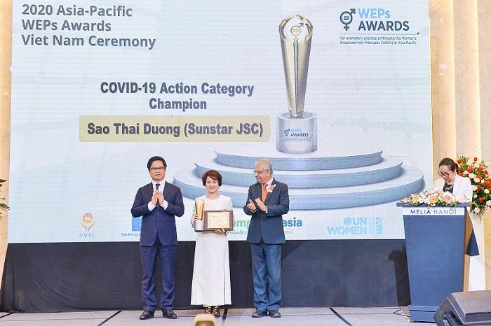 """Bà Hương Liên - Phó Tổng giám đốc Công ty Cổ phần Sao Thái Dương nhận giải thưởng """"Bình đẳng giới thông qua hành động trong Covid-19""""."""