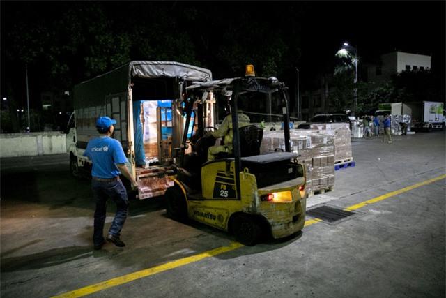 """10 tấn sản phẩm dinh dưỡng """"bay thẳng đến Việt Nam để điều trị trẻ suy dinh dưỡng ở miền Trung - Ảnh 1."""