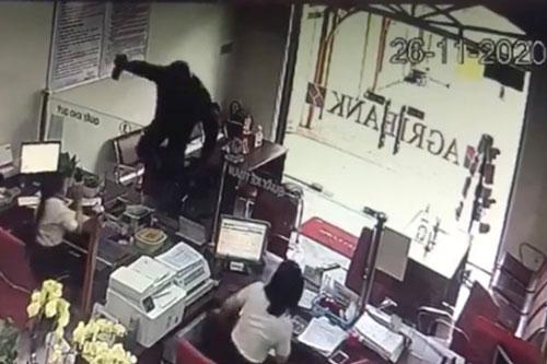 """Đồng Nai: Một đối tượng cầm hung khí xông vào ngân hàng hô to """"lựu đạn đây…"""""""