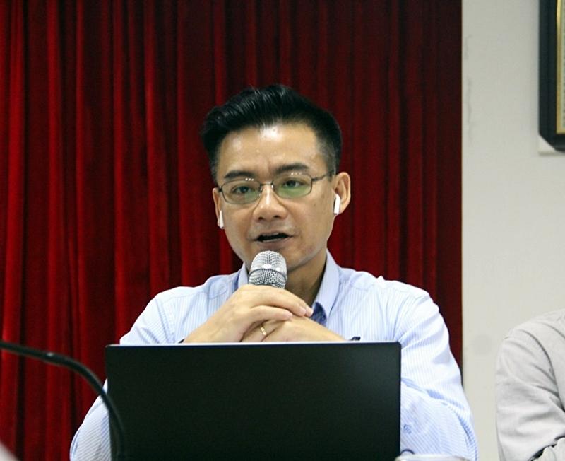 Ông Vũ Tú Thành -đại diện cho USABC phát biểu ý kiến trong cuộc đối thoại.