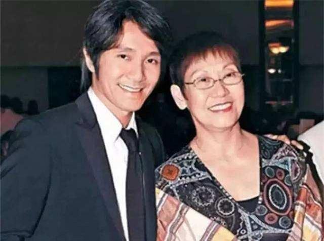 Châu Tinh Trì và mẹ. Một số nguồn tin cho hay thời nhỏ, chứng kiến cha mẹ ly hôn nên Châu Tinh Trì đã thề sẽ không lấy vợ. Mẹ và chị gái là những người gắn bó nhất với ông.
