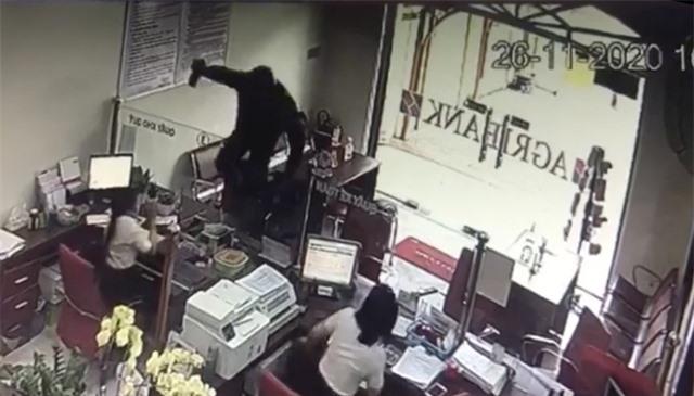 Một đối tượng cầm hung khí xông vào ngân hàng hô to