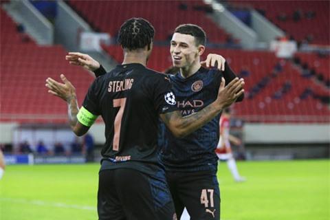 Phil Foden (phải) được đồng đội ở Man City chúc mừng với bàn thắng duy nhất vào lưới Olympiakos
