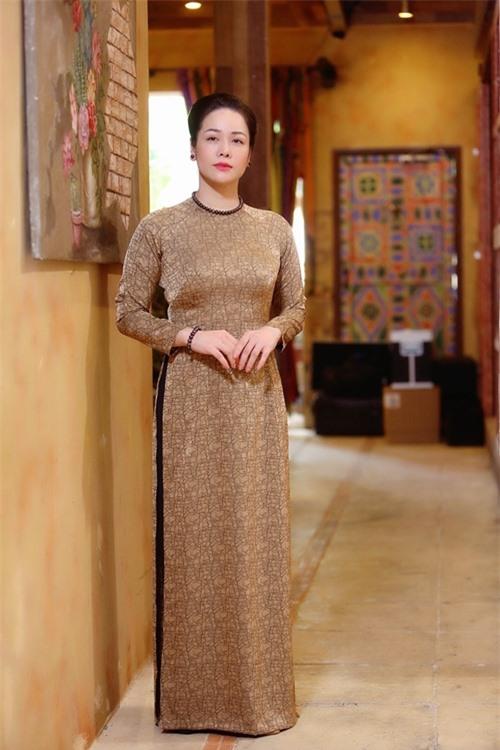 Sáng 26/11, Nhật Kim Anh đến dự buổi định trang nhân vật của đoàn phim Lưới trời từ sớm. Đây là dự án phim truyền hình bối cảnh Nam bộ thập niên 1940 - 1950 tiếp theo cô đóng chính, sau Tiếng sét trong mưa.