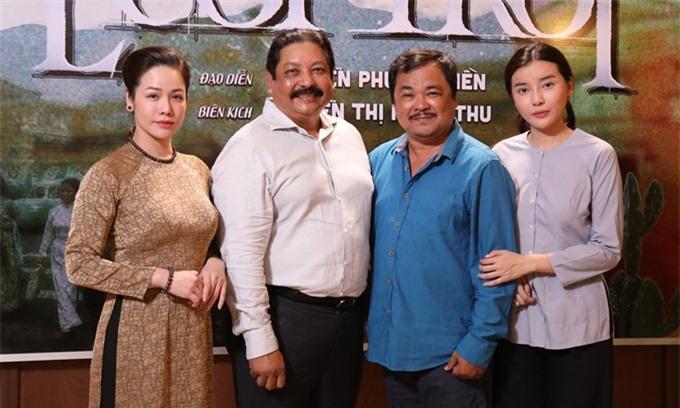 Nhật Kim Anh, Cao Thái Hà chụp cùng đạo diễn - NSƯT Phương Điền (áo xanh) và nhà sản xuất - diễn viên Ấn Độ Raja Ramani.