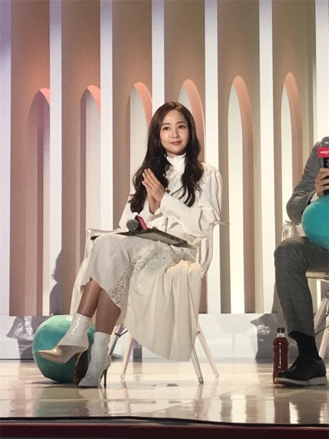 Park Min Young gây sốt với bộ ảnh khoe nhan sắc tiên tử lần đầu được tiết lộ, nhưng đôi chân lại đen sạm khiến fan hốt hoảng - Ảnh 12.