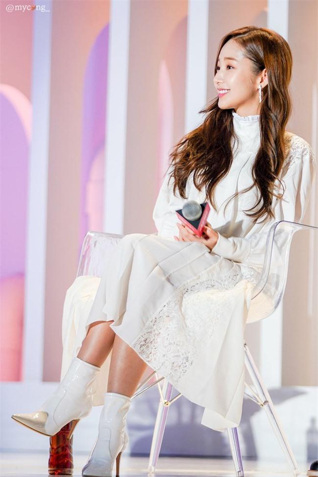 Park Min Young gây sốt với bộ ảnh khoe nhan sắc tiên tử lần đầu được tiết lộ, nhưng đôi chân lại đen sạm khiến fan hốt hoảng - Ảnh 15.