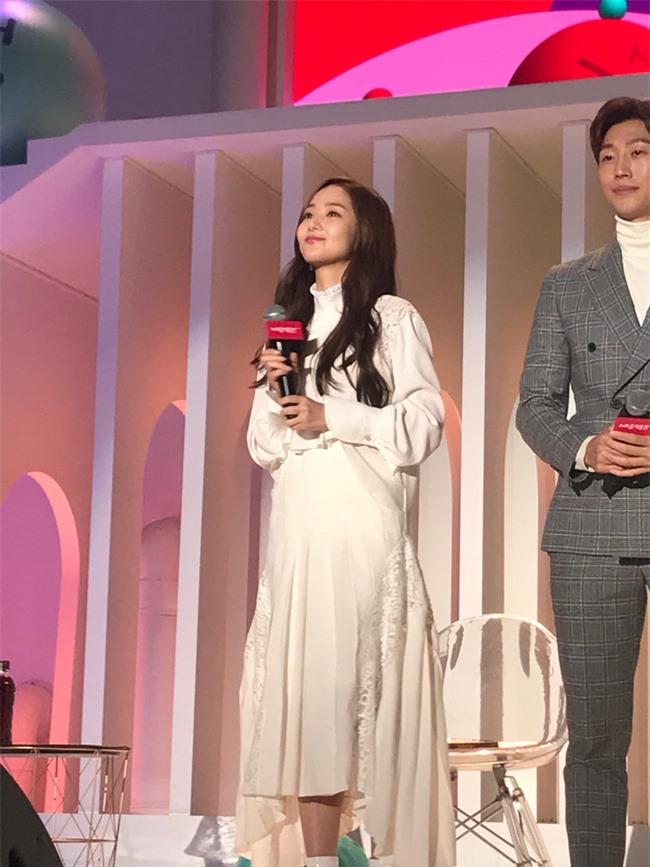 Park Min Young gây sốt với bộ ảnh khoe nhan sắc tiên tử lần đầu được tiết lộ, nhưng đôi chân lại đen sạm khiến fan hốt hoảng - Ảnh 17.