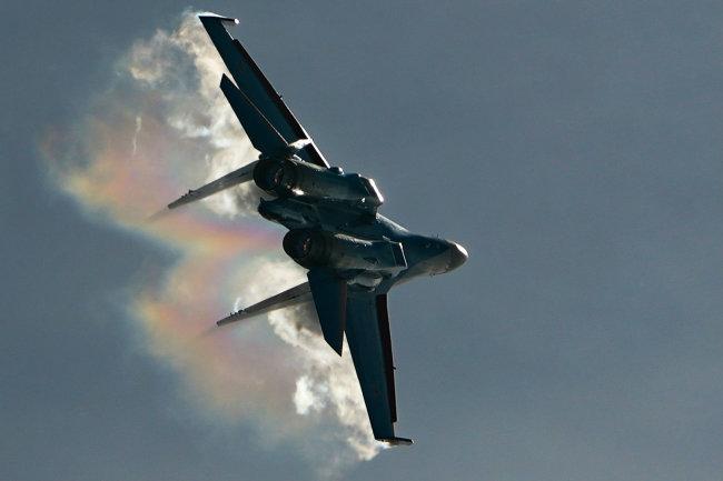 Tiêm kích Su-35 của Nga thể hiện khả năng cơ động tuyệt vời. Ảnh: RIAN.