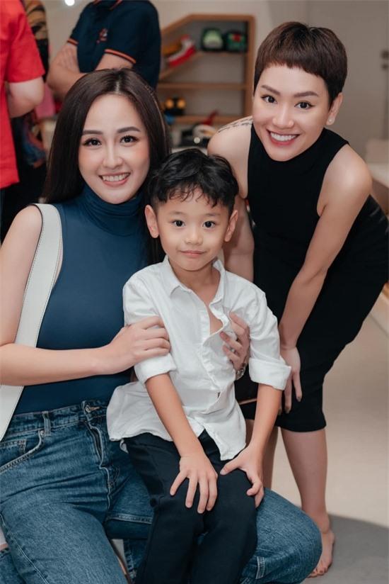 Mai Phương Thuý (trái) ăn diện trẻ trung đến dự sinh nhật của nhóc tỳ. Cô chụp ảnh kỷ niệm cùng hai mẹ con Trà My.