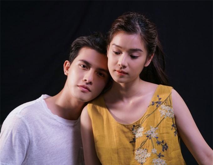 Hai diễn viên tập diễn tình tứ với nhau.