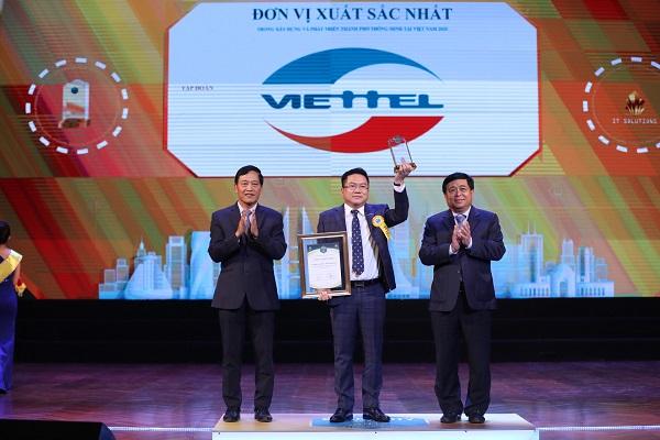 Đại diện Viettel lên nhận giải thưởng Doanh nghiệp xuất sắc cung cấp giải pháp CNTT cho thành phố thông minh 2020