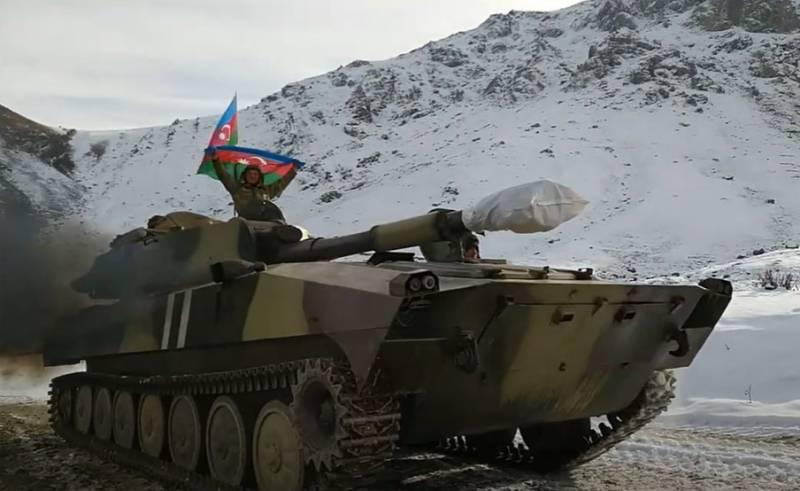 Pháo tự hành của Azerbaijan được đưa tới biên giới Armenia. Ảnh: Topwar.