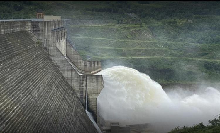 Tuy chưa được phép tích nước, vận hành, nhưng Thủy điện Thượng Nhật đã nhiều lần tự ý tích nước trong mùa mưa lũ, ngành chức năng phải cưỡng chế mới chịu xả nước (Ảnh: Internet)