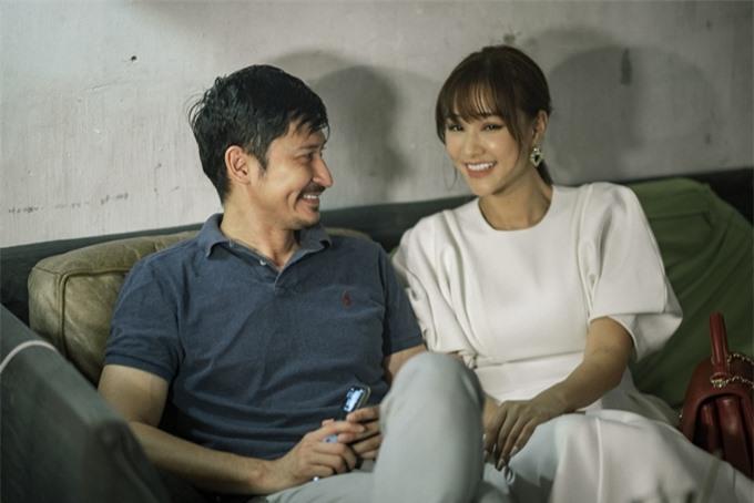 Không có cảnh diễn chung trong MV, đôi bạn thân Huy Khánh và Maya chuyện trò rôm rả ở hậu trường.