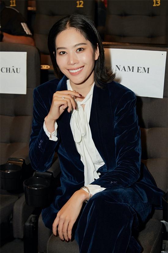 Hoa khôi Nam Em diện suit dự event.