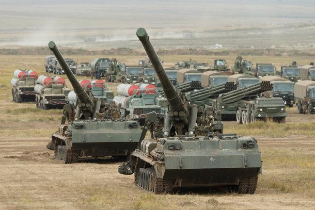 Pháo tự hành 2S7M Malka cỡ nòng 203 mm của Quân đội Nga. Ảnh: RG.