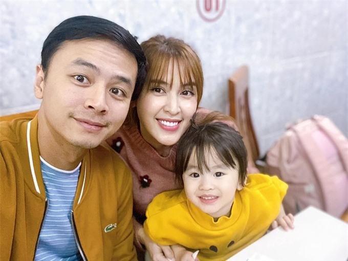 Vợ chồng Tú Vi - Anh Văn bên con gái Cún.