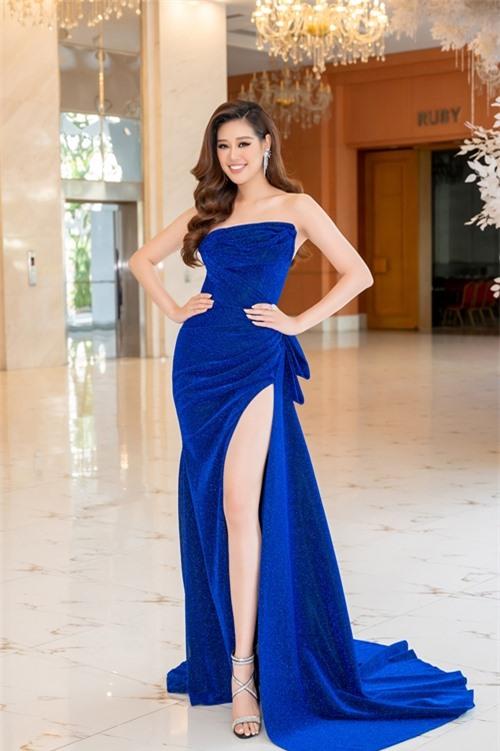 Hoa hậu Khánh Vân khoe chân dài gợi cảm với đầm xẻ cao.