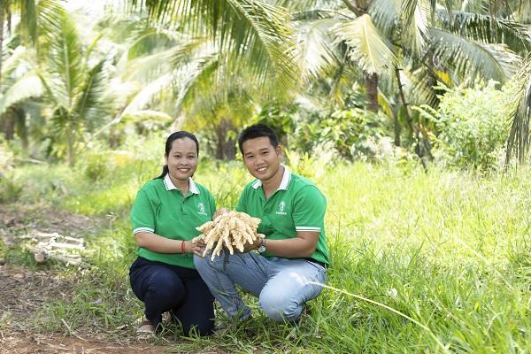 Hai vợ chồng Phạm Đình Ngãi và Chal Thi khởi nghiệp với nghề khai thác mật hoa dừa, nghề truyền thống đã bị mai một của người Khmer.