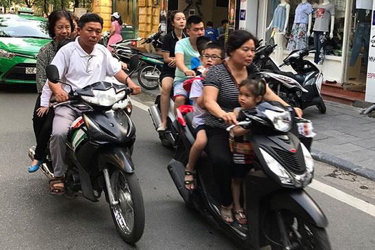 """Bình Định và """"đặc sản"""" không đội mũ bảo hiểm khi tham gia giao thông"""